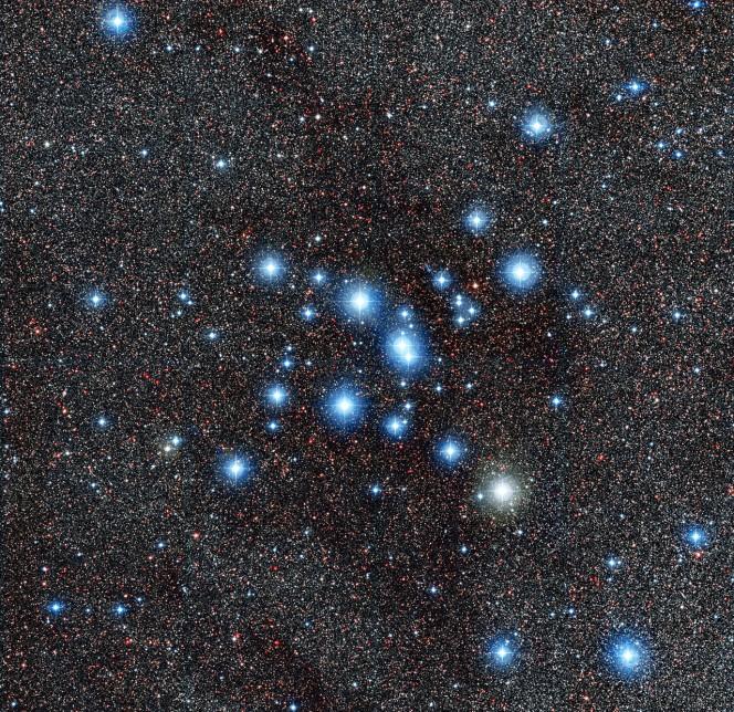 Il brillante ammasso stellare Messier 7, noto anche come NGC 6475. Facilmente visibile a occhio nudo vicino alla coda della costellazione dello Scorpione, è uno dei maggiori ammassi aperti nel cielo e un importante oggetto di ricerche astronomiche. Crediti: ESO