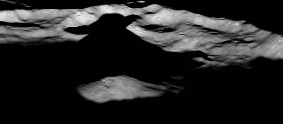 Il cratere Icaro sulla Luna fotografato dal Lunar Reconnaissance Orbiter. L'ombra creata dal picco centrale ricorda un personaggio della saga di Star Wars, il Maestro Jedi. Icarus è largo circa 94 km. Crediti: NASA / GSFC / Arizona State University.