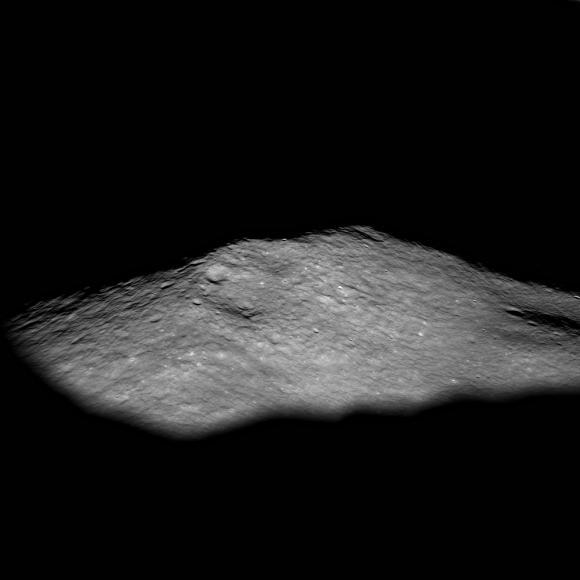 Il picco centrale del cratere Icarus. Crediti: NASA/GSFC/Arizona State University.