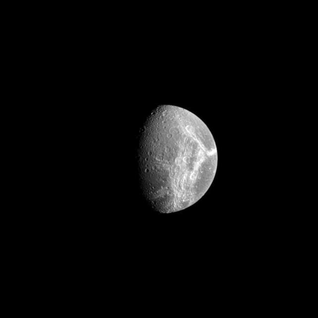 Un'immagine di Dione del 2008 scattata da Cassini. Crediti: NASA/JPL/Space Science Institute