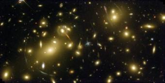 Effetto di lensing gravitazionale nel cluster di galassie Abell 2218 Crediti: NASA/ERO Team