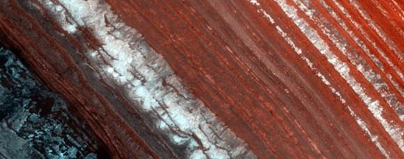Ripresa di una valanga su una ripida valle. Le chasmata sono formazioni tipice (tipo canyon) su pianeti come Venere e Marte, sui satelliti di Saturno Rea, Dione, Teti e Mimante e sui satelliti di Urano Oberon, Ariel e Titania. Crediti: NASA/JPL/University of Arizona