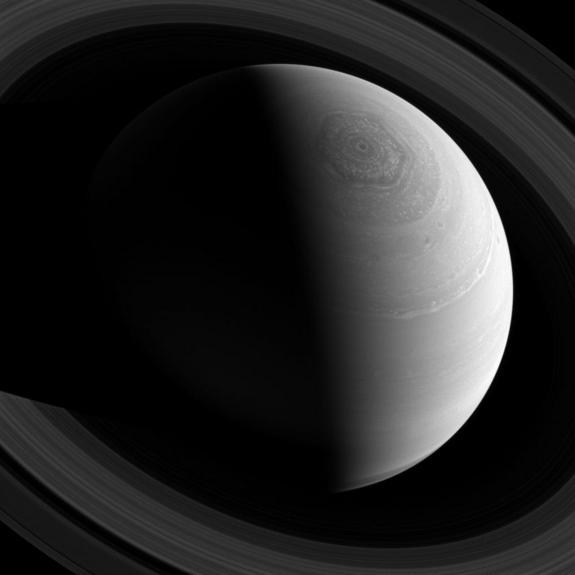 Tempesta su Saturno: il vortice ha una forma esagonale. Crediti: NASA/JPL-Caltech/Space Science Institute