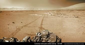 Il rover Curiosity guarda verso il cratere Gale e il Monte Sharp. Foto scattata nel sol 548. Credit: NASA/JPL-Caltech/Ken Kremer- kenkremer.com/Marco Di Lorenzo