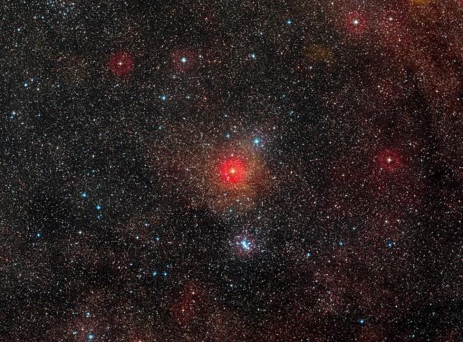 HR 5171 è la stella più brillante appena sotto il centro di questa immagine a grande campo. Crediti: ESO/Digitized Sky Survey 2