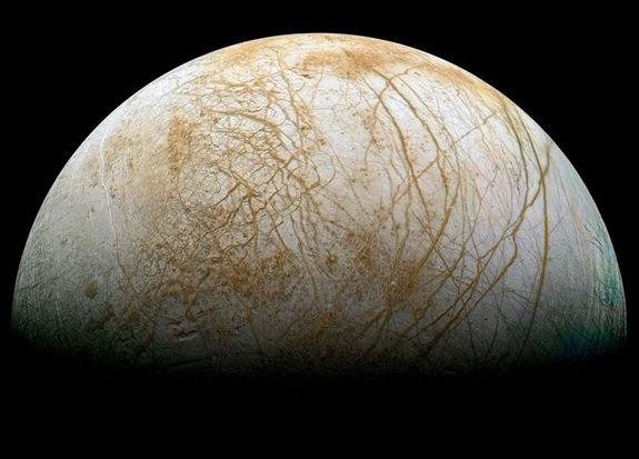 """Sotto lo spesso strato di ghiaccio in superficie, Europa potrebbe nascondere acqua allo stato liquido, """"riscaldata"""" dall'interazione con Giove. Crediti: NASA/JPL/Ted Stryk"""