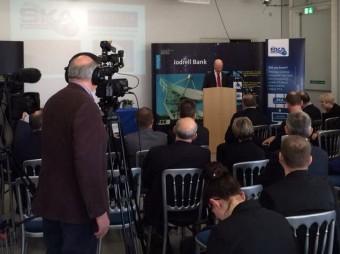 Il Ministro David Willetts annuncia il finanziamento per SKA. Fonte: @SKAtelescope