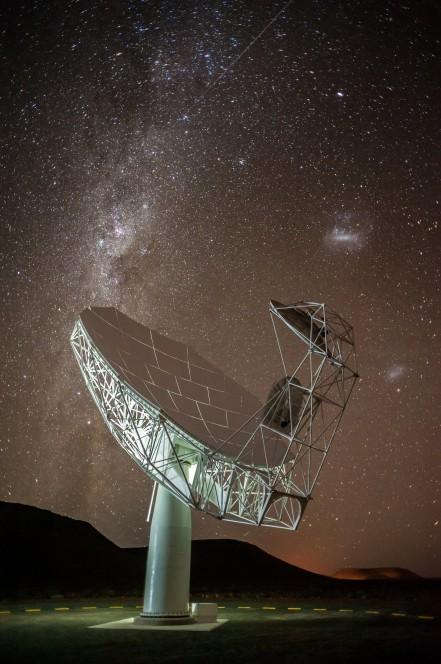 La prima antenna di MeerKAT si staglia sulla Via Lattea e le Nubi di Magellano. Crediti: SKA SA / Photowise