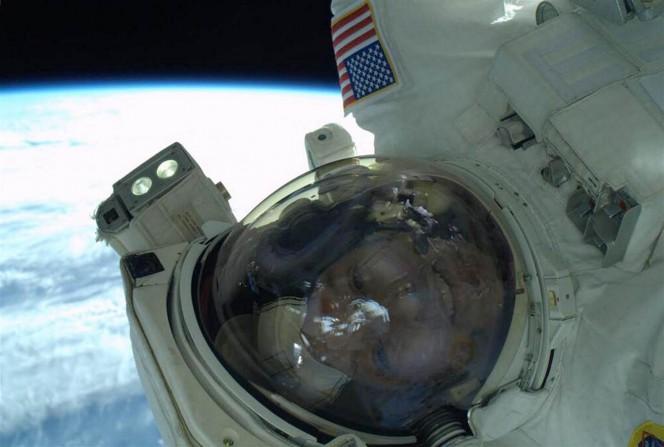 Il selfie dell'astronauta NASA Rick Mastracchio durante la passeggiata spaziale del 23 aprile 2014.