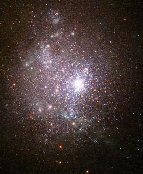 Un esempio di galassia nana, NGC 1705, osservata dal telescopio Hubble. Crediti: NASA