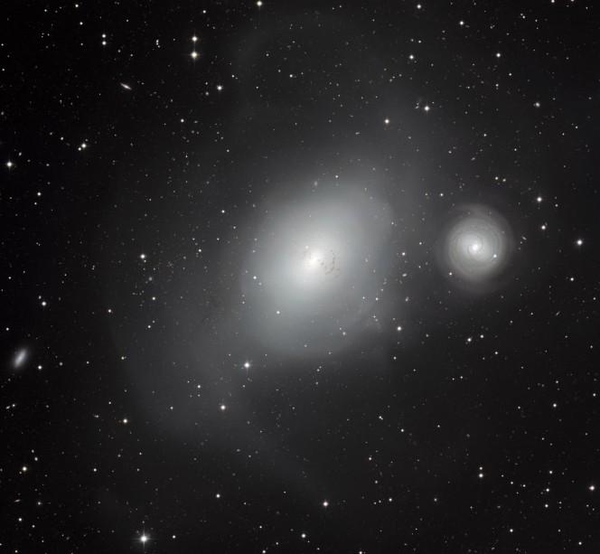 Due galassie in contrasto- NGC 1316 e NGC 1317.  Immagine presa dal telescopio da 2,2 metri dell'MPG/ESO all'Osservatorio di La Silla in Cile. Crediti: ESO