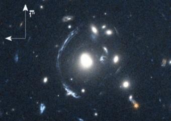 La giovane galassia S0901 nell'occhio del telescopio ESA Herschel. Crediti: NASA/STScI; S. Allam and team; and the Master Lens Database (masterlens.org), L. A. Moustakas, K. Stewart, et al. (2014)