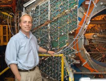Il fisico Jamie Dunlop di fronte al rivelatore di STAR. Crediti: Brookhaven National Laboratory