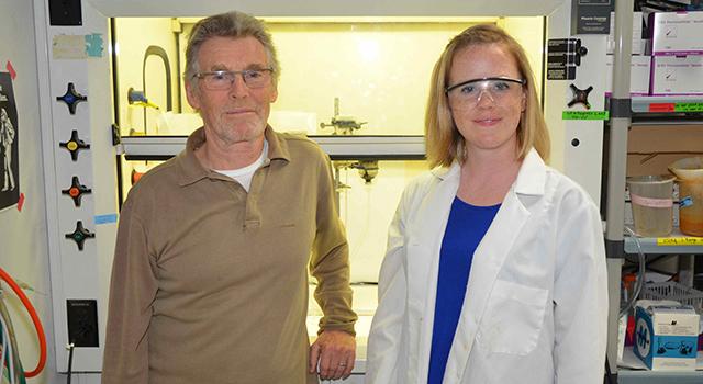 Michael Russell e Laurie Barge del Jet Propulsion Laboratory della NASA. Crediti: NASA/JPL-Caltech