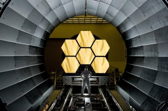 Un tecnico del Goddard Space Flight Center della NASA controlla gli specchi del James Webb Space Telescope.