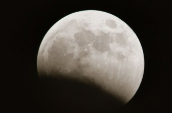Inizio di un'eclissi lunare. Crediti: DAVID SILVERMAN/GETTY IMAGES