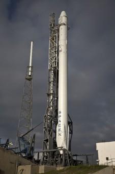 Il razzo Falcon 9 in posizione verticale, pronto per la partenza. Crediti: SpaceX