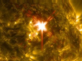 Immagine catturata dalla sonda NASA Solar Dynamics Observatory il 29 marzo 2014 della luce ultravioletta emessa da un brillamento solare di classe X. L'immagine compone due lunghezza d'onda, 304 and 171 Angstroms, che permettono agli scienziati di osservare i livelli più interni dell'atmosfera solare. Crediti: NASA/SDO