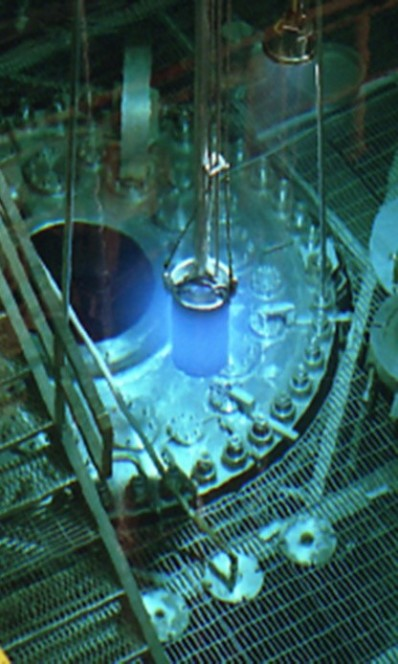 La piscina di reazione del High Flux Isotope Reactor all'Oak Ridge National Laboratory, unico laboratorio al mondo dove si produce il Berkelio necessario all'esperimento dell'elemento 117.