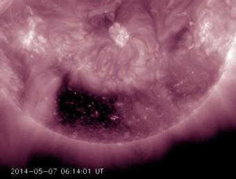 Ripreso dal Solar Dynamics Observatory il 5 maggio scorso nella banda della radiazione ultravioletta estrema, il buco coronale sul dall'insolita forma quadrangolare sul disco del Sole. Crediti: SDO/NASA