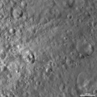 Il cratere Teia, visibile nella parte sinistra dell'immagine grazie al materiale più luminoso al suo interno. Crediti: Dawn/NASA