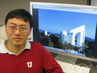 Zheng Zheng, professore di fisica e astronomia all' University of Utah, leader della ricerca. Sul desktop, il telescopio LAMOST. Crediti: Lee J. Siegel, University of Utah
