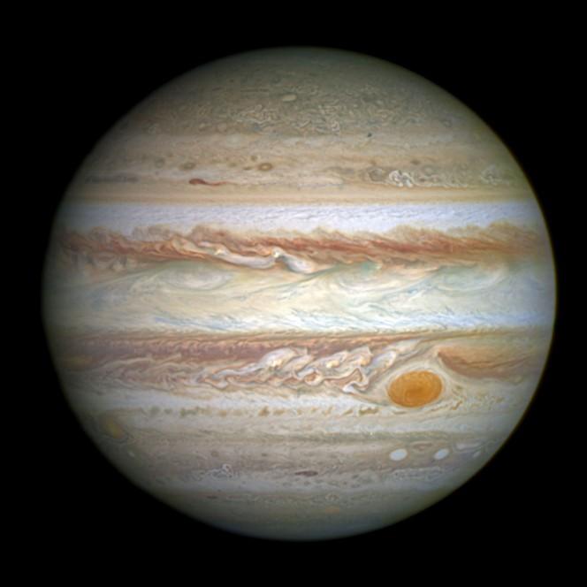 21 aprile 2014, nelle immagini della Hubble Wide Field Camera 3 il restringimento della celebre macchia rossa di Giove. Crediti: NASA, ESA e A. Simon (GSFC).