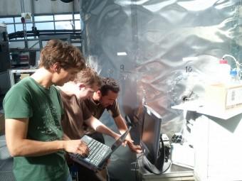 Francesco Riccobono, Arnaud Praplan e Federico Bianchi del PSI (da sinistra a destra) durante la discussione dei risultati dell'esperimento CLOUD. Crediti: CERN