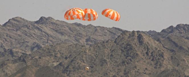 Una versione test della capsula NASA Orion affronta una discesa morbida sostenuta da tre paracadute nel cielo dello U.S. Army Proving Ground in Arizona. La prova più importante può considerarsi superata e per Orion già si pensa al lancio di dicembre 2014. Crediti: NASA / Rad Sinyak.