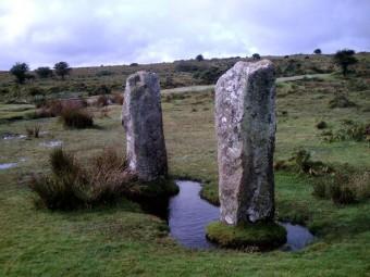 I Pipers solitari, megaliti esterni ai cerchi principali degli Hurlers. Sono orientati secondo l'asse est-ovest. Crediti: Brien Sheen