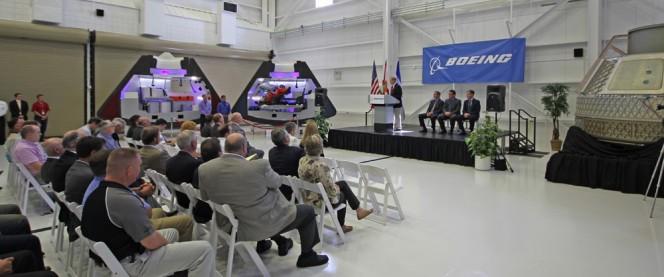 Lo scorso 9 giugno presso gli hangar del Kennedy Space Center, in Florida, Boeing ha presentato un modello in scala 1:1 dell'astro-taxi CST-100. Il veicolo privato potrebbe evitare agli astronauti USA un lancio fuori sede e sganciare la NASA da una Soyuz dipendenza. Crediti: Ken Kremer.