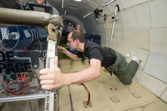 Una stampante 3D viene messo alla prova durante un volo di microgravità simulata su un aereo a gravità zero. Credit: Devin Boldt