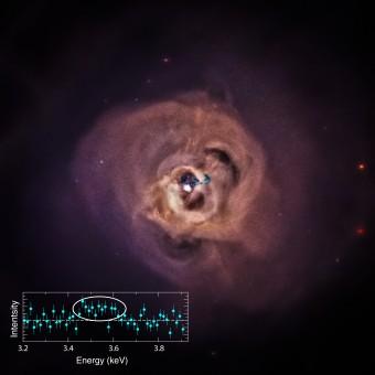 Questa non identificata linea di emissione, con picco di intensità di circa 3.56 keV – richiede uletriori approfondimenti e ricerche sia per confermare l'esistenza del segnale che la sua origine. Crediti: NASA/CXC/SAO/E.Bulbul, et al.