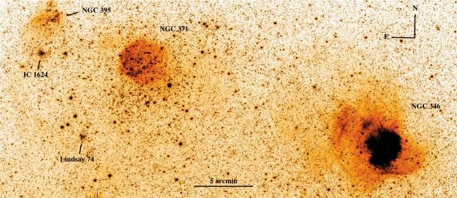Immagine nella banda g di una porzione della Piccola Nube di Magellano ripresa dal VST. Le sigle indicano alcuni ammassi e zone di formazione stellare