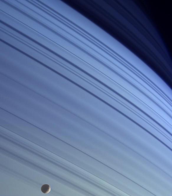 Le ombre degli anelli si stagliano sull'atmosfera di Saturno. In basso nell'immagine, ripresa il 18 gennaio 2005 dalla sonda Cassini, è visibile Mimas, una delle lune del pianeta. Crediti: NASA/JPL/Space Science Institute