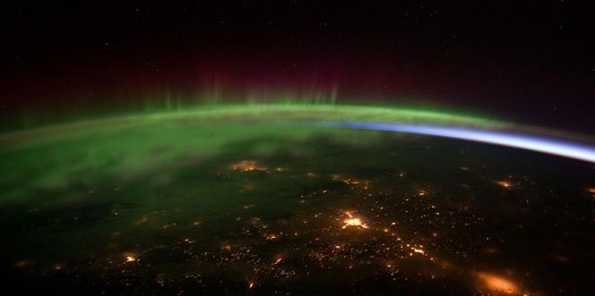 L'incontro fra le particelle cariche del vento solare e la ionosfera terrestre dà origine al fenomeno delle aurore polari. Uno spettacolo che potrebbe allargarsi fino al 45° parallelo su un pianeta in orbita attorno a una nana rossa.