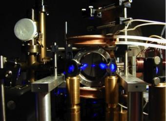 """Esperimento Magia. Atomi """"intrappolati"""" nella camera ad alto vuoto tramite la radiazione laser e utilizzati per le misure gravimetriche"""