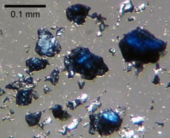 Frammenti di ringwoodite sintetizzati in laboratorio. Si ritiene che questo minerale sia presente nel mantello terrestre, tra i 500 e i 700 km di profondità. Crediti: Steve Jacobsen / Northwestern University