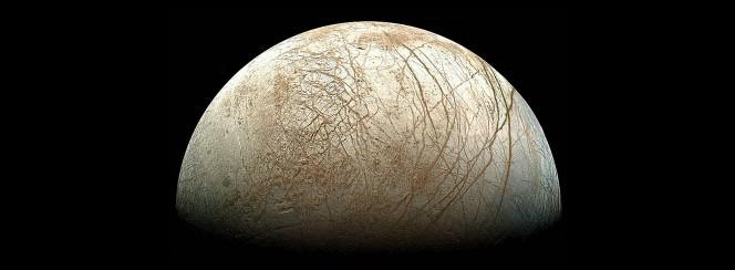 Sotto una spessa crosta di ghiaccio, Europa potrebbe nascondere un oceano riscaldato dalle interazioni mareali con il pianeta di cui è satellite: Giove. Un nucleo geologicamente attivo potrebbe dare vita a sorgenti idrotermali sul fondale marino. Crediti: NASA / JPL / Ted Stryk.