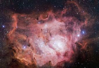 La nebulosa Laguna in tutto il suo splendore, ripresa dal VLT Survey Telescope (VST) in Cile. Crediti: ESO/VPHAS+ team