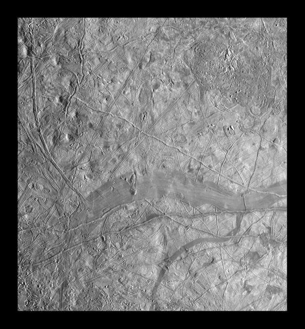 Mosaico di immagini della superficie di Europa ottenute dalla sonda Galileo il 6 novembre 1997, su un'area di 365 km per 335 km. Crediti: NASA/JPL