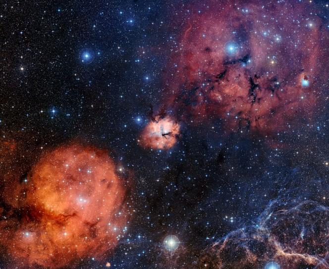 Questa panoramica cattura lo spettacolare paesaggio celeste intorno a Gum 15. Tra i molti altri oggetti, l'ammasso stellare NGC 2671 è visibile in basso a sinistra rispetto al centro, mentre in basso a destra sono visbili alcuni filamenti che fanno parte del resto di supernova della Vela. Questa veduta è stata costruita a partire da immagini della DSS2  (Digitized Sky Survey 2). Crediti: ESO/Digitized Sky Survey 2. Acknowledgement: Davide De Martin