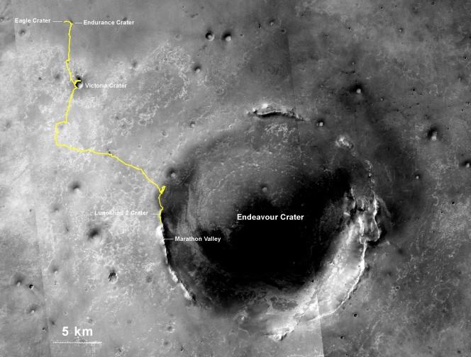 La linea gialla su questa mappa mostra la rotta che ha seguito Opportunity dal sito di atterraggio all'interno del cratere Eagle (in alto a sinistra) fino alla sua posizione al 27 luglio (Sol 3735). Crediti: NASA/JPL-Caltech/MSSS/NMMNHS
