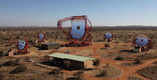 Vista complessiva della schiera di telescopi HESS con i quattro da 12 metri e il nuovo HESS II da 28 metri. Crediti: H.E.S.S. Collaboration, Arnim Balzer