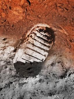 Un'impronta a metà strada fra il suolo lunare a quello marziano: questa l'immagine evocativa scelta dalla NASA per celebrare la ricorrenza dello sbarco sulla Luna e illustrare i programmi per il futuro. Crediti: NASA