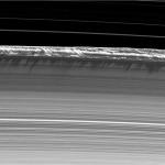 Una immagine degli anelli fotografati all'equinozio, con luce radente, della della camera di Cassini. Sono evidenti le ombre gettate sugli anelli dalle onde verticali al bordo.