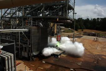 Appena il 5 percento delle dimensioni reali, ma con veri motori a propellente solido. Il modellino in scala del NASA Space Launch System serve a verificare la propagazione di onde sonore a bassa e alta frequenza durante l'accensione sulla rampa di lancio. Crediti: NASA / MSFC / David Olive.