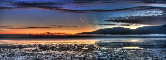 L'alba si affaccia sull'incantevole Cairns Esplanade nel Queensland,  Australia, mentre Giove e Venere posano per lo scatto panoramico dell'astrofotografo Joseph Brimacombe.