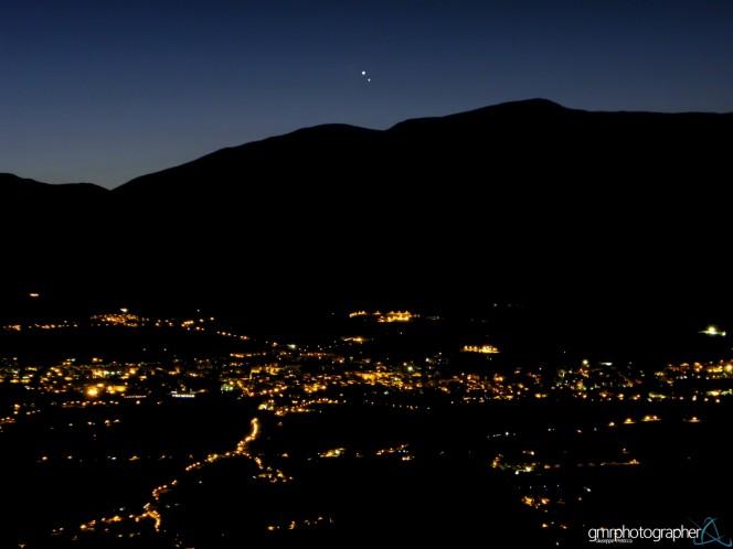 18 agosto 2014: le luci della città di Sulmona, che non sembra dormire, il profilo dolce degli Appennini, l'affascinante congiunzione di Giove e Venere a picco sulla Valle Peligna nel centro Italia. Crediti: Giuseppe Petricca.