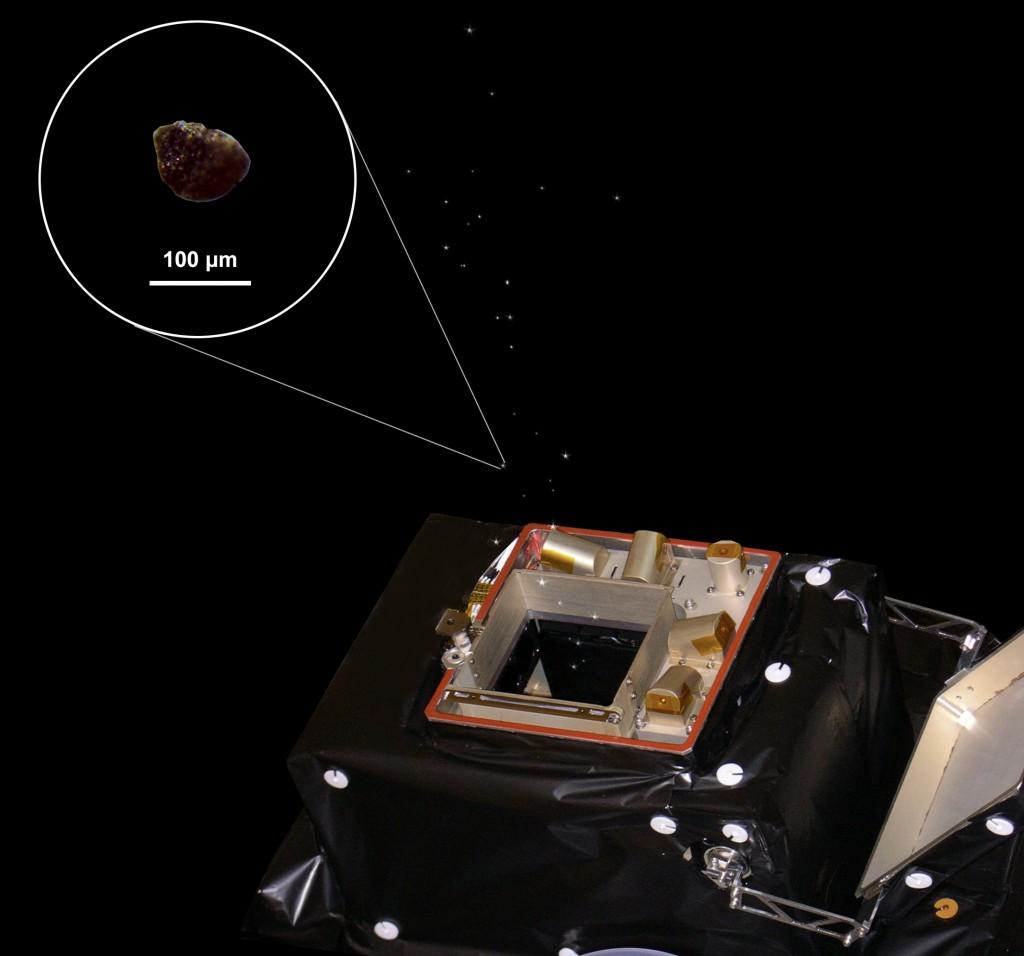 Una rappresentazione di Giada mentre raccoglie i grani della Cometa. L'immagine è stata preparata con i materiali forniti dal consorzio GIADA da M. Ferrari and V. Galluzzi. Credit: ESA/Rosetta/GIADA/Univ Parthenope NA/INAF-OAC/IAA/INAF-IAPS.
